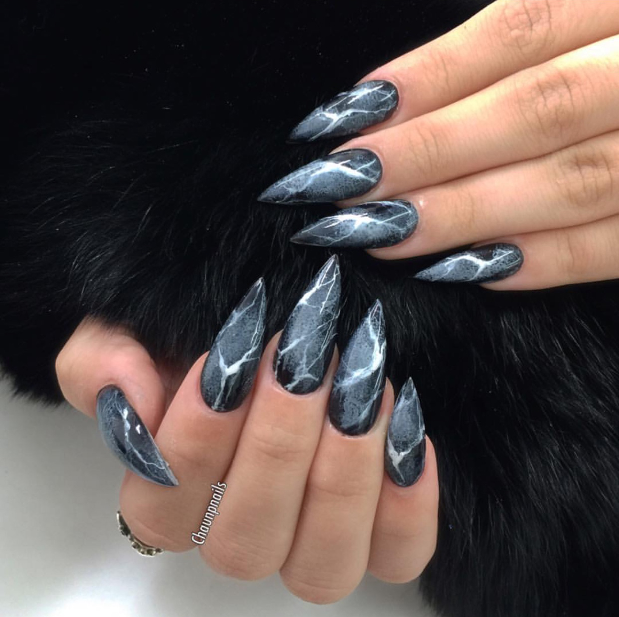 Weekly Favorite Chaunpnails Rocks Our World With A Marquina Manicure That S Fit For New Desktop Background
